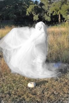 Great flow-y ghost costume! The costume is made from 7 sheets of tulle fabric. #Halloween