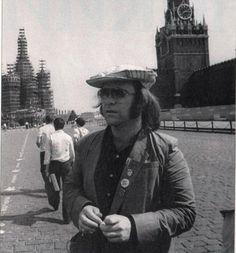 Элтон Джон в своей поездке в Москву в мае 1979 года. Он стал первой западной рок-звездой посетившей с концертом СССР. Elton John on his trip to Moscow in May of 1979. www.ruspeach.com/news/5716/