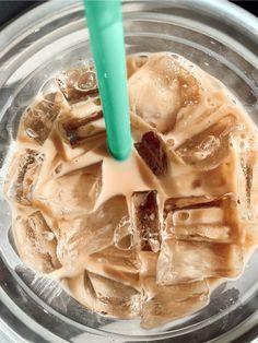Bebidas Do Starbucks, Starbucks Drinks, Aesthetic Coffee, Aesthetic Food, Iced Coffee, Coffee Drinks, Coffee Art, Coffee Break, Morning Coffee