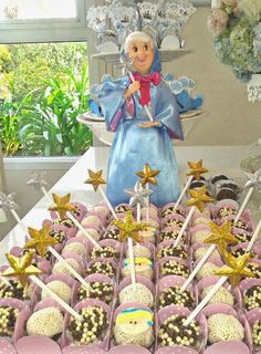 Uma festa de conto de fadas Mais uma decoração de festa infantil de princesa, da Tella S Tella . Desta vez, temos uma mesa de Cinde...