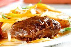 La carrillada es una parte del cerdo (también la hay de ternera) muy apreciada por su limpieza y ternura a la hora de comer. Se suele cocinar estofada muy lentamente en una salsa de ajo, cebolla y vino. Nosotros estas Navidades la probaremos al horno, regada con un buen brandy. ¿Nos das tu versión de la carrillada