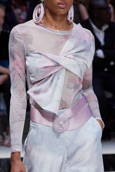 Giorgio Armani Spring 2020 Ready-to-Wear Collection - Vogue Chloe Fashion, Fashion Week, Fashion 2020, Runway Fashion, Fashion Show, Milan Fashion, Fashion Brands, Giorgio Armani, Vogue Paris