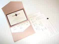 Einladung Pocketfold mit Einlegern, in Aubergine Rosa Violett und individuellem Hochzeitslogo, ©passion4paper, www.die-edle-karte.de