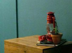 Disimular una puerta :  Aunque facilitan el acceso a un lugar, las puertas pueden romper la intimidad de un espacio, sobre todo la de una recámara. Aquí van varios métodos para disimular la puerta de entrada del baño o del vestidor en una recámara; o por lo menos hacerla mas discreta. Dentro de ellos, pintar la pared en color es una alternativa que nos gusta mucho en GAIA porque resulta multifuncional: esconde la puerta y trae un toque de color en el cuarto.
