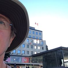 Stockholm -- the point here is the Canadian flag in Stockholm, behind me. Why is it there? And I thought I'd show off my Tilley hat ;-) #tbex #tbexstockholm #tilleyhat #jillcanadaflag #canadaflag @tilleyhats #visitstockholm #stockholm#lovestockholm