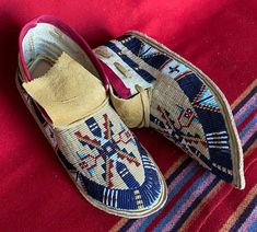 Beaded Moccasins, Moccasins Mens, Indigenous Education, Sunflower Wall Decor, Native American Moccasins, Trail Of Tears, Santa Fe Style, Beadwork Designs, Nativity Crafts