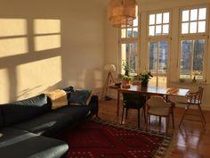 Wohnzimmer Mit Grossen Fenstern In 3 Zimmerwohnung Berlin Friedrichshain