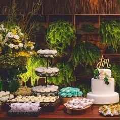 Detalhe da linda mesa de doces. ohlindeza.com #ohlindeza #conceptwedding #wedding #casamento #weddingdecor #decoracaodecasamento #mesadobolo #mesadedoces #festadecasamento #casamentonapraia #weddingcake #bridal #logo #identidadevisual #handmade #direcaodearte