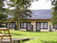 Dit vakantiehuis op vakantiepark Sapiniere in Luxemburg is een appartement wat betekent dat je de beschikking heeft over twee aparte slaapkamers op de eerste verdieping waarvan één slaapkamer voorzien is van een tweepersoonsbed en één slaapkamer voorzien is van twee eenpersoonsbedden. Sapiniere ligt aan de rand van een groot natuurpark in het plaatje Hosingen, waar je tijdens het wandelen van verschillende routes kunt genieten van de mooie omgeving.