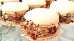 macaron con crema di formaggio di capra decorati con fiori secchi commestibili