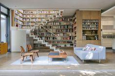 A casa está localizada na Cidade do México, México. Uma casa contemporânea com um Bookshelf. WWW.BLANNK.COM.BR