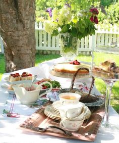 an al fresco tea💕 Coffee Time, Tea Time, Coffee Break, Outdoor Tea Parties, Picnic Time, Coffee Drinkers, Al Fresco Dining, My Cup Of Tea, High Tea