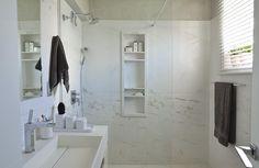 """Banheiro branco: o que gostei? 1) não tem revestimento cerâmico até o teto, percebeu? Funciona bem em banheiros ventilados, como o do nosso quarto; 2) A harmonização entre branco e cinza - dá para por cinza no chão, que """"não suja tanto"""" (coisa de dona de casa!) 3) Meu sonho: um suporte para cosméticos embutido na parede do box! <3"""