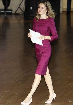 100% Letizia Domina los looks monocolor como éste, uno de sus favoritos, vestido venda por la rodilla y manga francesa color vino con el que la hemos visto en varias ocasiones
