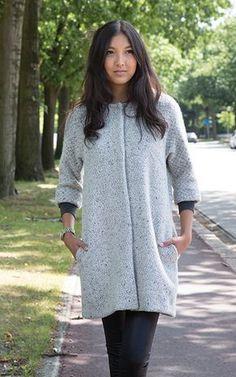Toute femme suivant la mode se doit d'avoir dans sa garde-robe un exemplaire de la veste Chloé. C'est en effet le vêtement idéal pour la mi- saison, qui se révèle indémodable grâce à sa coupe simple.