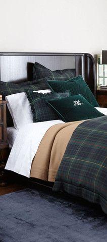 cama decorada con tela escocesa verde