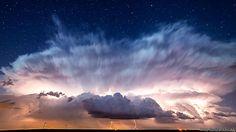 El primer lugar en la categoría profesional lo ganó Brad Goddard, de Orion, Illinois, por esta imagen de las estrellas detrás de una tormenta.