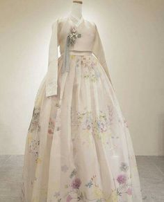 Our haute couture, beautiful The Dan Hanbok. Made just for you, for your special day. Korean Traditional Dress, Traditional Fashion, Traditional Dresses, Korean Fashion Trends, Asian Fashion, Trendy Dresses, Elegant Dresses, Hanbok Wedding, Korea Dress