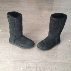 ‼️Black UUG Boots‼️✅✅ AUTHENTIC ‼️Black Ugg Boots‼️ Size 8. ✅✅ AUTHENTIC Australia UGGs‼️looking for the right price buyer. No low ball offers. These shoes are in excellent condition.Bundle for a bigger discount! UGG Shoes