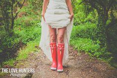 Novia con botas de agua rojas.