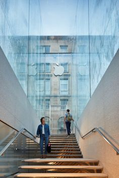 Fountains jet water over entrance to Foster + Partners' sunken Apple store in Milan Apple Shop, Italy Architecture, Facade Architecture, Concept Architecture, Norman Foster, Liberty Store, Cascade Water, Foster Partners, Retail Design