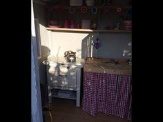 Allotment shed interior. Looks romatic and cosy.  Interieur van het moestuinhuisje. Ziet er romantisch en knus uit!