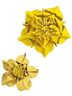 leather flower tutorial http://www.burdastyle.de/aktuelles/news/burda-style-04-2012-trend-blueten_aid_4191.html