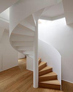 Schlichte Stahltreppe, weiß