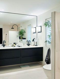 Bilderesultat for svart bad Black Bathroom Furniture, Bathroom Interior, Bad Inspiration, Bathroom Inspiration, Laundry In Bathroom, Small Bathroom, Black White Bathrooms, Bathroom Images, Modern Kitchen Design