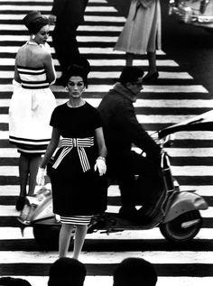 William Klein (Nueva York, 1928) es un fotógrafo y director de cine conocido por su enfoque irónico de los medios y su amplio uso de técnicas fotográficas inusuales en el ámbito del fotoperiodismo y la fotografía de moda.