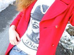 collane perle e tshirt, dieci tees idea outfit cappotto rosso e vintage, italian fashion blog outfit style, street style sporty fashion blogger, the fashionamy, tshirt marylin monroe,