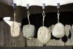 """Ein Muss für jede Tischdecke, ob im Garten, auf der Terrasse oder am Esstisch. Seit der Veröffentlichung der """"Steinanhänger"""" im Lifestyle-Magazin """"Landlust"""" im Juli/August 2012 erfreuen sich schon …"""