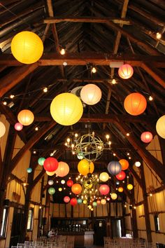 They used several pieces of paper lanterns that vary in… magical wedding moments! They used several pieces of paper lanterns that vary in… Paper Lantern Chandelier, Hanging Lanterns, Floating Paper Lanterns, Wedding Paper Lanterns, Lantern Lighting, Barn Lighting, Barn Parties, Theme Parties, Event Lighting