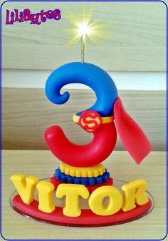 Vela numeral estilizado, inspirada no personagem Superman  Criação e confecção em biscuit: Liliane Bradbury/Liliartes.  *feito a mão  *Cópias não autorizadas/ Plágio não é legal! DENUNCIE!