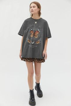 Urban Outfitters Clothes, Urban Outfitters Fashion, Graphic Tee Outfits, Graphic Tees, Look Fashion, Fashion Outfits, Clothes For Sale, Clothes For Women, Vetements T Shirt