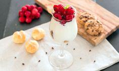 Quark-Himbeer-Dessert mit Milchmädchen und Windbeuteln: Du willst ein einfaches, leckeres und schnelles Dessert, welches deine Gäste beeindruckt? Dann ist dieses hier genau das Richtige! Als Dekoration kann man noch Schokoraspeln oder Kakao-Nibs verwenden.