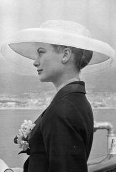 Princess Grace Kelly arriving in Monaco, April White organdy hat & navy silk Ben Zukerman coat. Moda Grace Kelly, Grace Kelly Style, Prince Rainier, Lauren Bacall, Classic Hollywood, Old Hollywood, Hollywood Divas, Princesa Grace Kelly, Retro Vintage