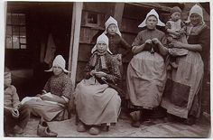 Dutch women knitting 1910