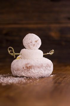 A cute and easy holiday snowman dessert: Simply stack donuts, use toothpicks for arms, and sprinkle with powdered sugar!