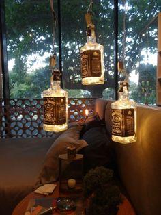 Não jogue suas garrafas de uísque fora! Reaproveite-as para criar pendentes
