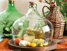 Garrafa de cristal, también conocida como Damajuana reconvertida en quesera, la base puede ser un plato de madera de los que se usan para el pulpo a feira o una tabla de cortar redonda. Tutorial para cortar botellas http://www.pinterest.com/pin/545709679821555932/