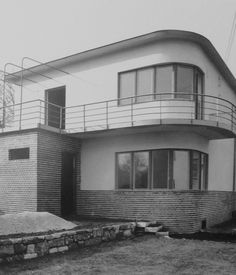 Kozma designed this semidetached Budapest house in Photo courtesy Szalon. Bauhaus Style, Bauhaus Design, Art Deco Decor, Art Deco Home, Bauhaus Architecture, Modern Architecture, Budapest, Streamline Moderne, Art Deco Buildings