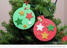 Mirad qué bonita y qué fácil es esta manualidad en goma eva para hacer con los niños en Navidad. Se trata de hacer las bolas del árbol con estrellas de purpurina (ahora venden hojas de foamy que ti…
