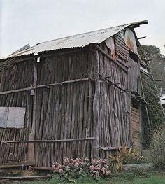 A gold miner's hut in Maldon, Victoria, Historic Australia, by Douglass Baglin 1978 Maldon Victoria, Gold Miners, Late Middle Ages, Cottage Design, Highlands, Simple Living, Old Town, Cottages, Countryside