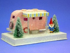 A putz house trailer (I think it's made with cardboard) christmas diy airstream Miniature Christmas, Christmas Minis, Retro Christmas, Christmas Projects, All Things Christmas, Christmas Home, Holiday Crafts, Christmas Holidays, Christmas Decorations