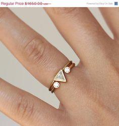 Jeu de mariage unique : anneau de diamant de 0,25 carat billion + double anneau en pierre (anneau de fer à cheval) en or massif 18 carats.