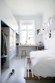 white bedroom with desk - Boligliv
