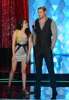 Pin for Later: Der Sexiest Man Alive macht sich doch ganz gut als Accessoire Kristen Stewart konnte zu Chris Hemsworth aufschauen bei den MTV Movie Awards im Jahr 2012.