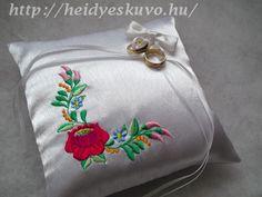 Kalocsai mintás hímzett esküvői gyűrűpárna Coin Purse, Abs, Purses, Wallet, Fashion, Handbags, Moda, Crunches, Fashion Styles