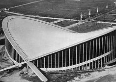 """Maciej Nowicki, """"Paraboleum"""", Raleight, 1952. Hala widowiskowo-sportowa bez żadnej podpory w środku. Dach jest zawieszony ponad ogromnym audytorium za pomocą stalowych lin."""